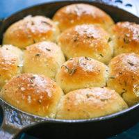 Skillet Garlic Butter Rosemary Dinner Rolls